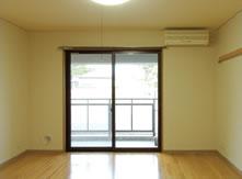 窓の明るさにあわせて撮影したため室内の明るさが足りなくなってしまった写真(写真1)