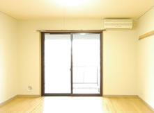 室内を適度な明るさにしようとしたため窓周辺が白飛びしてしまった写真(写真2)